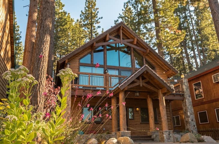 """""""Famous Cabin"""" Extended Stay Estate, Steps to Lake"""