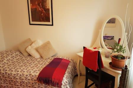 2 schöne Zimmer mit 2 Betten - Oberwil - Haus