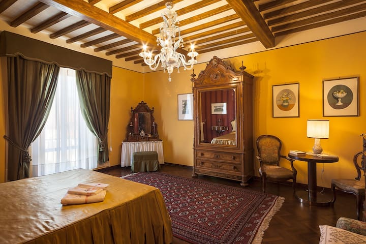 """Imperiale"" room in Tuscany Countryside + Kitchen"