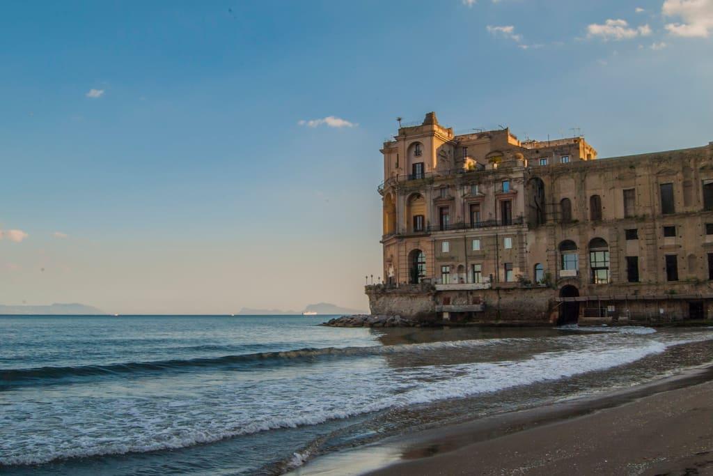 Palazzo Donn'Anna visto dalla spiaggia