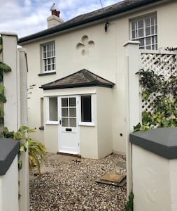 Beautiful Cottage close to the Beach and Shops