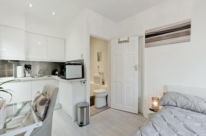 Epsom Studio apartment FREE PARKING & Patio London