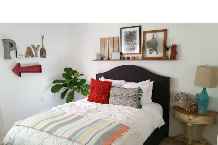 Fun Bedroom with en-suite Bathroom - Encinitas