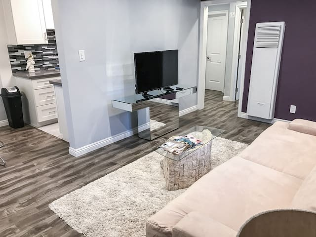 MAGNIFICENT 1BDR APARTMENT IN HEART OF HOLLYWOOD