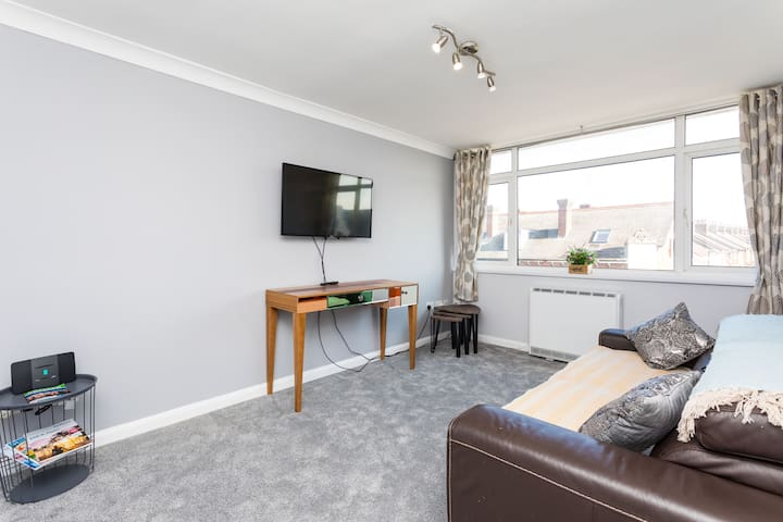Queensway Apartment by 247 Lets Horsham