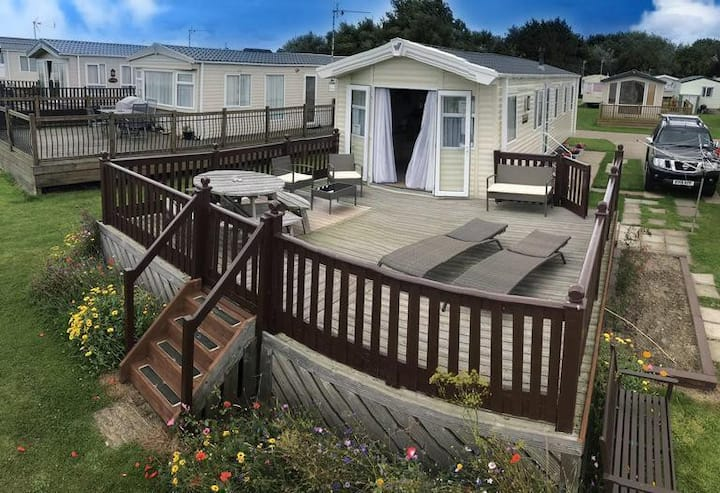 8 berth luxury holiday home with a full sea view in Suffolk  ref 20276BS
