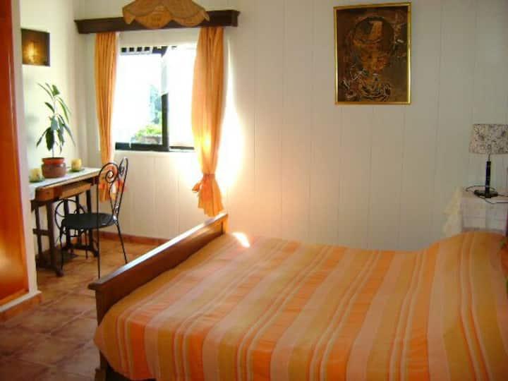 Chambre à lit double sur la vallée