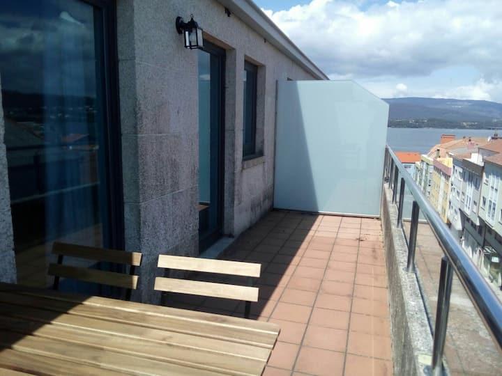 Ático en Rianxo con terraza , vistas al mar y Wifi