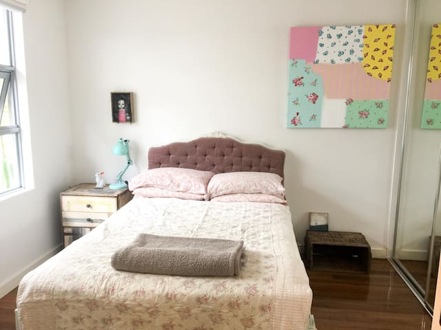 Lovely room in bright, clean townhouse - Northcote