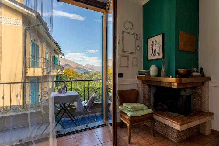Pearl of the Lake apartment is located in a quaint corner of Bellagio, walking distance to downtown but away from the crowds. You'll love the blowing of the wind through the curtains and the sun coming in, gently.