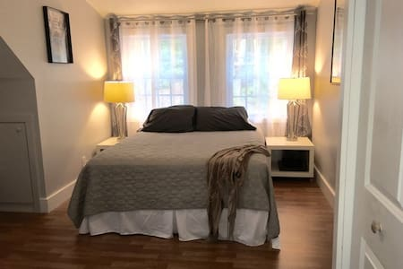 Bright and Sunny Bedroom - Farmington - Maison
