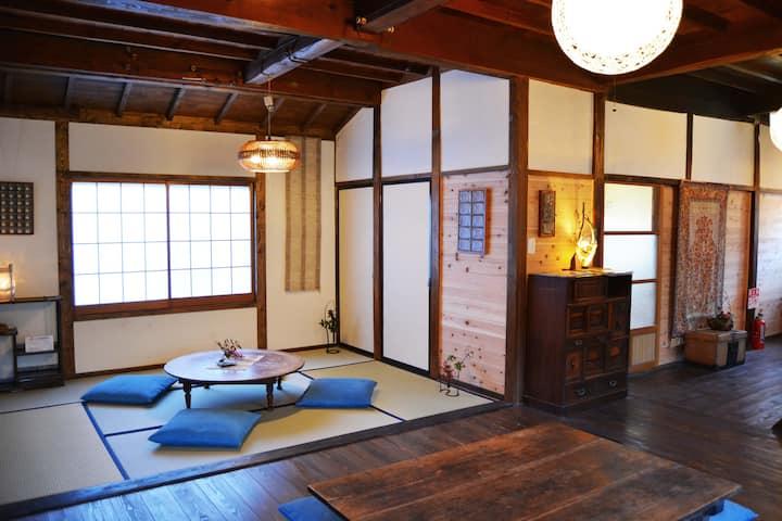 歴史ある温泉街にたたずむ古民家ゲストハウス・Historic hot spring town, 3