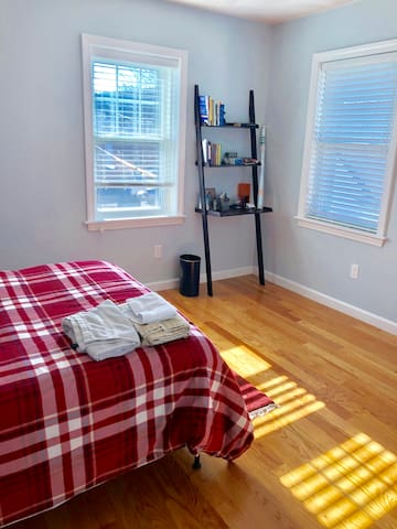 Sunny, Entire Apartment - Minutes from airport
