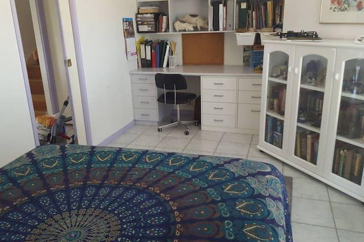 handy to kitchen, comfy room. - Runaway Bay - Huis