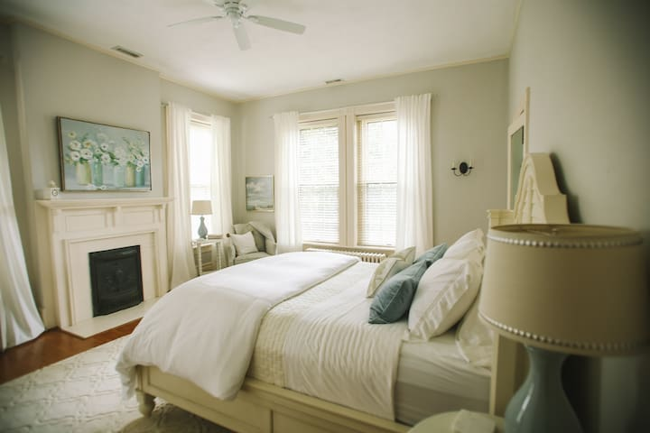✶Designer Boutique Bed and Breakfast✶ | Rm #1