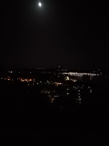 la notte, dalla veranda, un gioco di luci tutto per voi. paradiso...