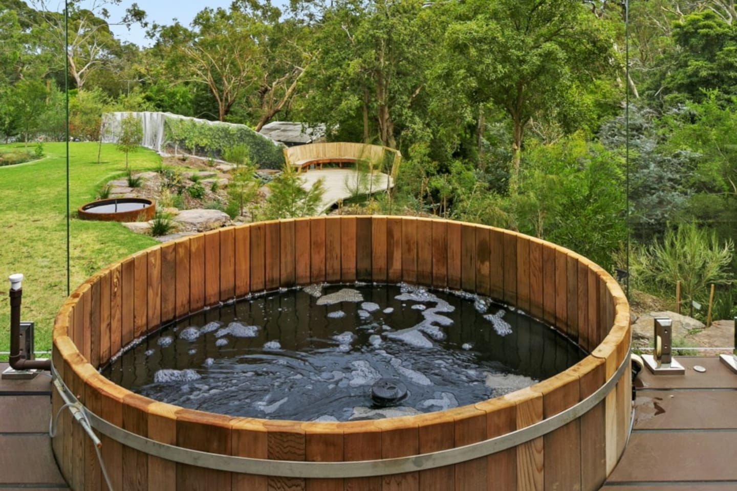 Enjoy the calming Cedar hot tub to relieve aching muscles or just enjoy the serenity of the gorgeous garden.  At  night relax, sip a glass of wine while stargazing (tub is chlorine-free!)