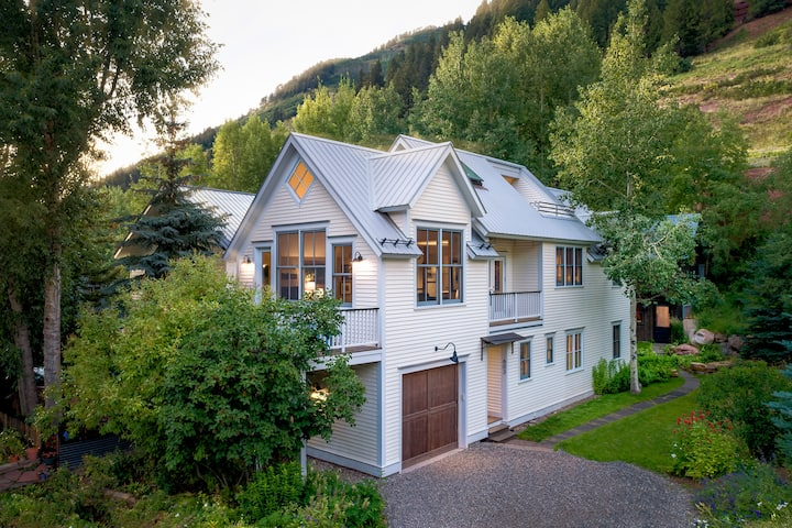 THE WHITE HOUSE - PEACEFUL ALPINE EXPERIENCE, RIGHT IN THE HEART OF TOWN