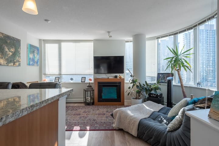 Artsy and Unique Apartment, with Parking,Pool,Gym