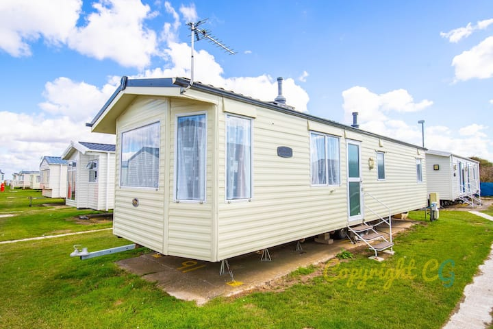 MP91 - Camber Sands Holiday Park - Sleeps 8 - close to facilities - central location on Park - welcomes 1 small dog