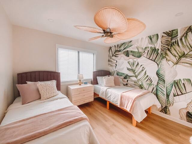 Spare bedroom with two Premium Memory foam Mattresses and Brooklyn Linen sheets.  All pillows and duvet are Hypo allergenic and Feather free.  This room also features a walk-in closet with a oversized Washing machine and Dryer, Iron and Ironing board