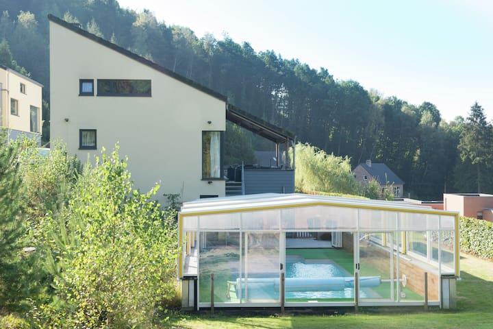 Luxuriöse Villa in idyllischer grüner Landschaft