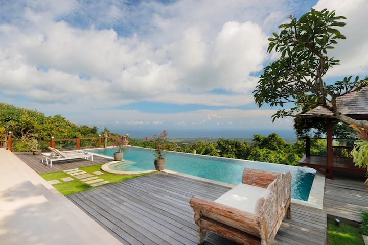 Fabulous villa on the hill of Lovina with infinity pool on the sea