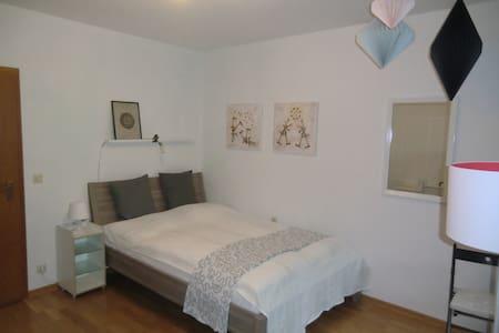 Chices Zimmer mit Bad und Balkon - Heidelberg