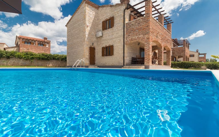 Villa Valerie with Pool, Volleyball & Tennis court