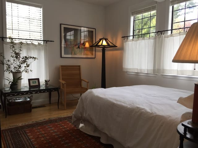 Beautiful Room in Petaluma 3 blocks from Downtown