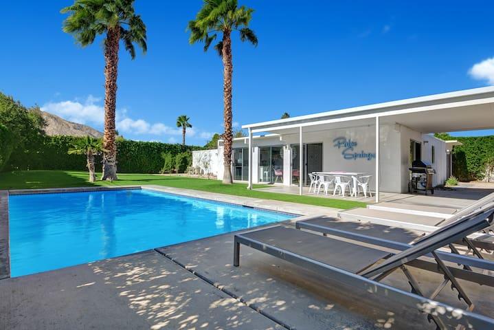 Flamingo House: Updated Midcentury Modern Gem!