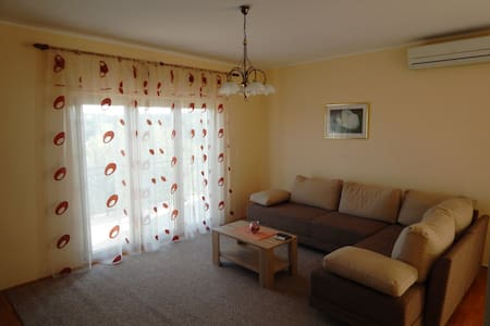 Spacious apartment in Jezera, island of Murter - Jezera