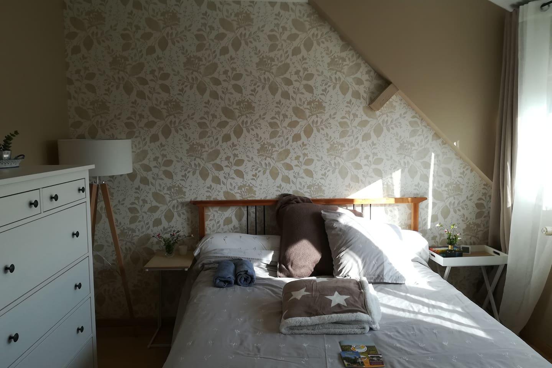 Sous les toits, dans la clarté de la double fenêtre, votre chambre est là.
