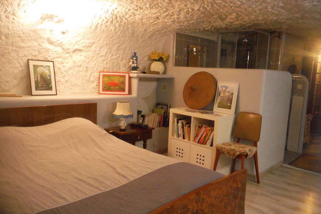 Le lit et l'espace salle de bain