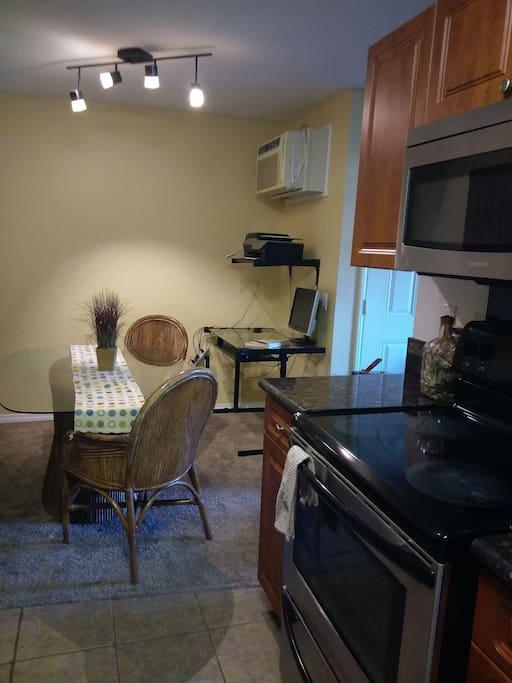 Comedor  visto desde la  cocina y su mesa  de  trabajo.