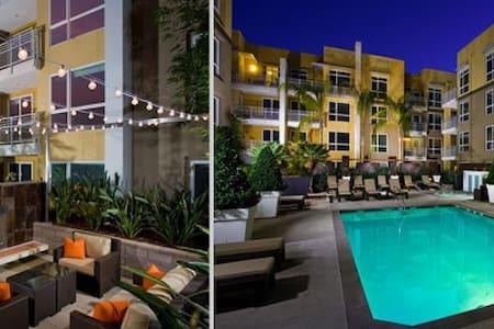 WOODLAND HILLS RESORT STYLE CONDO WARNER CENTER - Los Angeles
