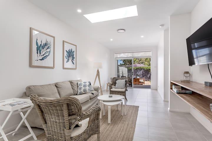 Crisp Stylish Family Villa near beach Pets welcome