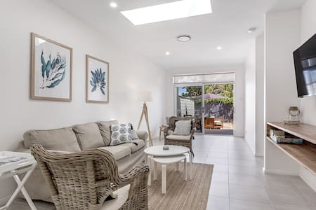 Crisp Stylish Family Villa near beach Pets welcome