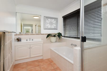 Rooms with Bathrooms - Albany Creek - Casa