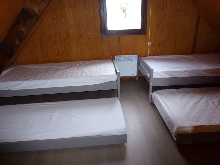La chambre n° 4 avec les 4 lits gigognes de 90 cm