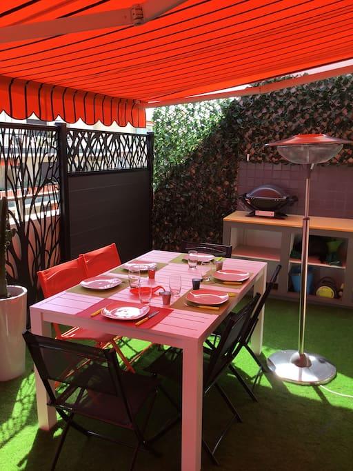 coin repas avec cuisine d'été  barbecue Weber/ parasol chauffant électrique neuf