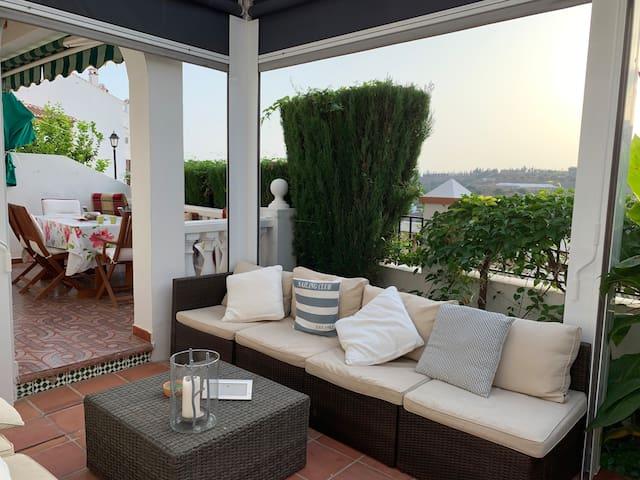 Lovely house with garden/Acogedora casa con jardín