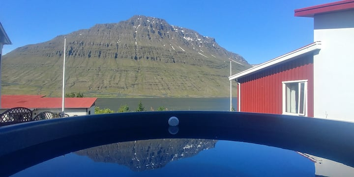 ★Mountain / fjord view + hot tub in quiet area 3★