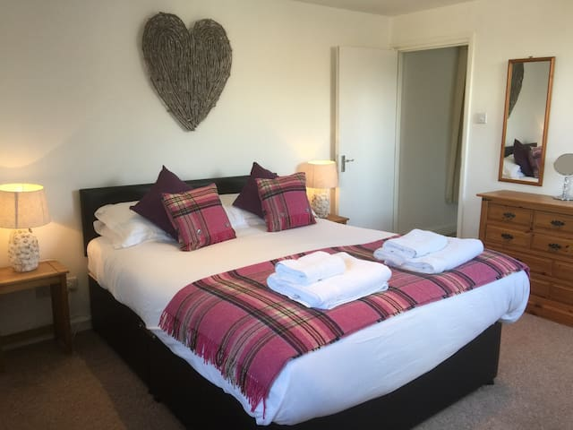 Central Cotswolds Sleeps 6 in 3 Ensuite Rooms