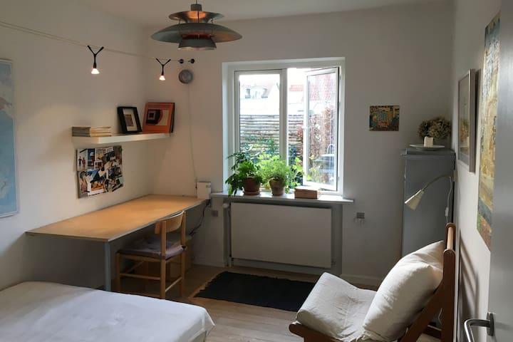 Lyst og stille værelse nær Bellevue Risskov
