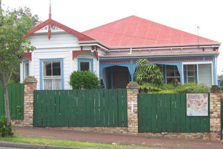 Self contained 1 b/r flat in large oldschool Villa - Auckland