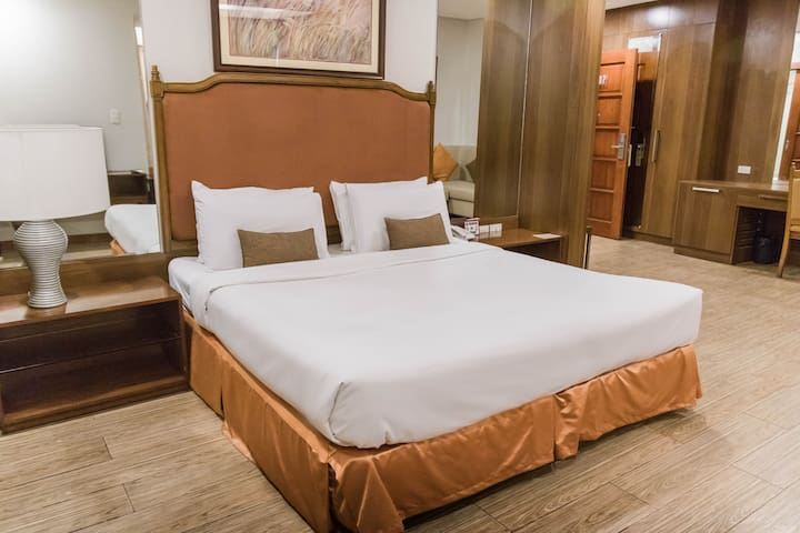 Budget-friendly Business  Hotel (Queen Suite)