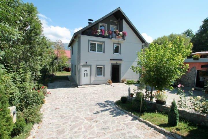 Room in the centre of Kolašin with green courtyard - Kolašin - Leilighet