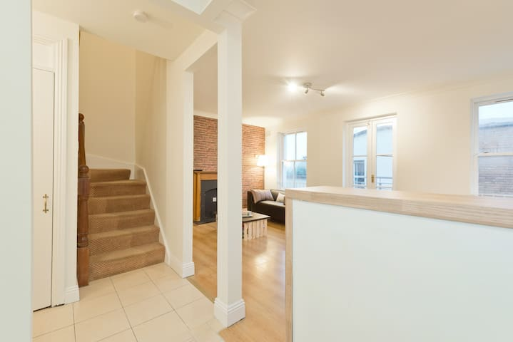 Loft-style 3-bedroom Apt beside Temple Bar