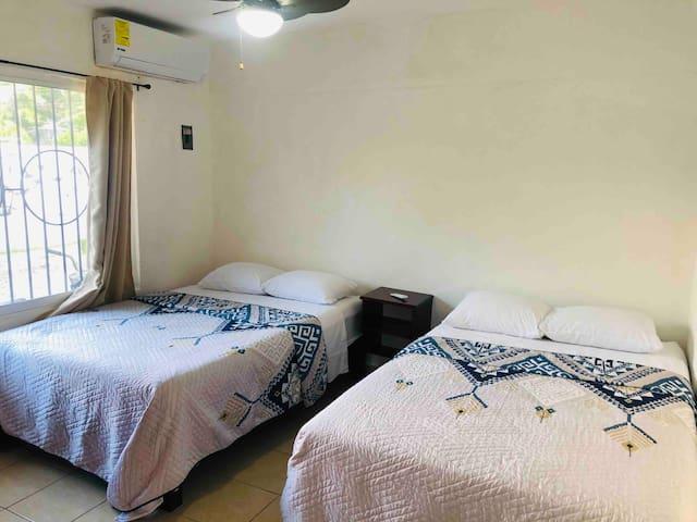 La habitación, separada de la sala- comedor, cuenta con dos camas matrimoniales, aire acondicionado, ideal para dormir cuando llegues cansado de la laguna.